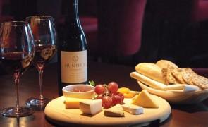 vinho e queijo 1600x812